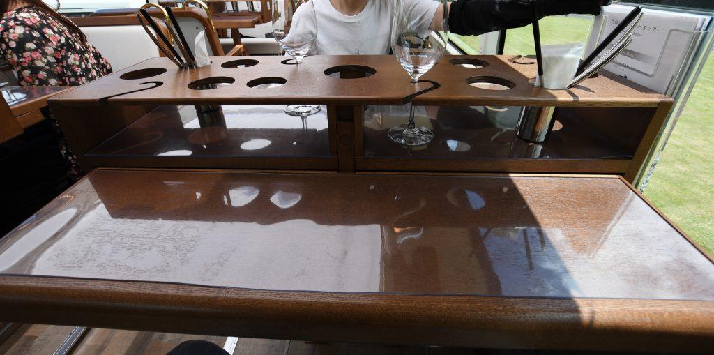 レストランバスのテーブル